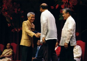 Sombath SOMPHONE receiving the Ramon Magsaysay award
